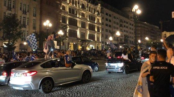 Entre as imediações do estádio e a Avenida dos Aliados, os adeptos do FC Porto não se inibiram de sair à rua para gritar pelo título