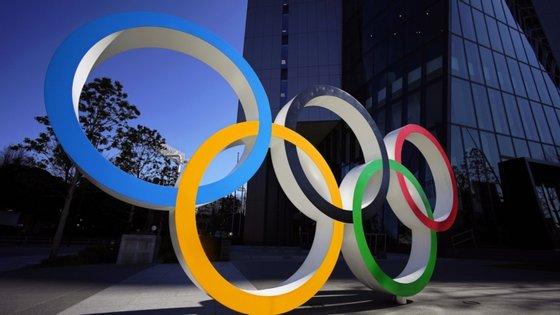 O presidente do COI e o primeiro-ministro japonês, Shinzo Abe, advertem que será difícil adiar Tóquio2020 para além de 2021