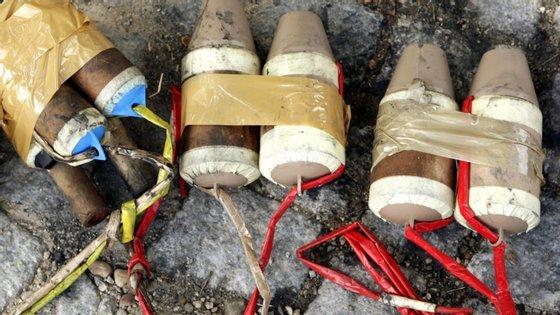 Para além dos 25 quilogramas de explosivos (amonoleo) e da pólvora seca, foi ainda apreendido ao individuo cerca de um quilograma de pólvora negra, cerca de 10 metros de rastilho e cerca de 500 metros de cordão detonante, acrescentou a comunicação da PSP