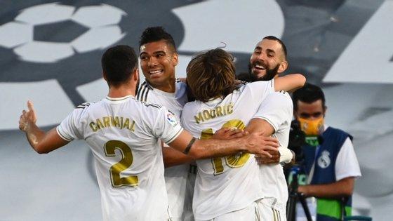 Benzema celebra o primeiro golo com Modric (que fez a assistência) e Casemiro (que iniciou a jogada com a interceção)