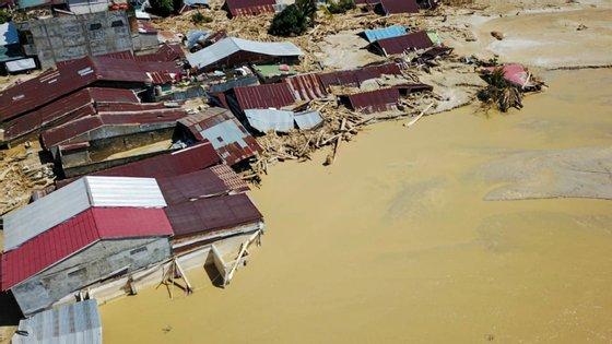 Centenas de casas, prédios públicos e escritórios do governo estão agora cobertos de lama transportada pelas enchentes