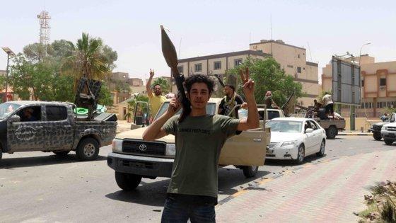 """Os três dirigentes europeus disseram estar preocupados com o aumento das tensões militares na Líbia e com o risco de """"uma escalada regional"""""""