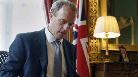 O chefe da diplomacia britânica, Dominic Raab, adiantou que o Governo reviu o acordo de extradição com Hong Kong