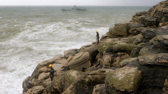 Polícia Marítima de Peniche recebeu o alerta dos tripulantes da embarcação, dois adultos e dois menores