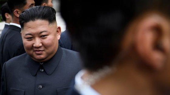 """Kim Jong-un diz que o facto de a Coreia do Norte não ter surtos de Covid-19 é """"um sucesso brilhante"""""""