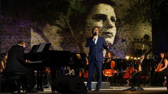 """Camané (de pé, a cantar) e Mário Laginha (ao piano) foram dois dos artistas envolvidos no espectáculo """"No Tempo das Cerejas"""", que será transmitido pela RTP dia 30"""