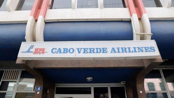 O governo cabo-verdiano suspendeu a 19 de março todas as ligações aéreas internacionais, que só deverão ser retomadas em agosto, pelo que a companhia está parada há mais de quatro meses