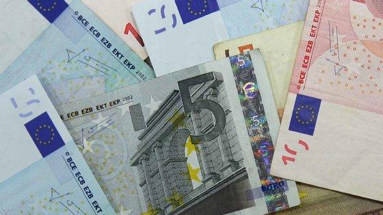 Em comunicado enviado à Comissão do Mercado de Valores Mobiliários (CMVM), a NOS refere que o resultado líquido no período foi de 35 milhões de euros no semestre, o que compara com 90,2 milhões de euros nos primeiros seis meses de 2019, o que representa uma queda de 61,2%