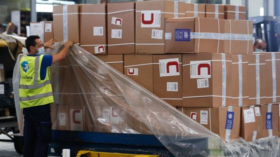 """Desde o início de maio, a UE já operou mais de 30 voos de ajuda humanitária """"para zonas críticas em que as restrições aos transportes arriscavam aumentar as necessidades humanitárias ou gerar uma falta de material médico"""", segundo a UE"""