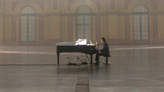 """Sentado ao piano, a cantar durante uma hora e meia: foi assim que Nick Cave se apresentou no filme-concerto """"Idiot Prayer: Nick Cave Alone at Alexandra Palace"""", exibido em streaming esta quinta-feira"""