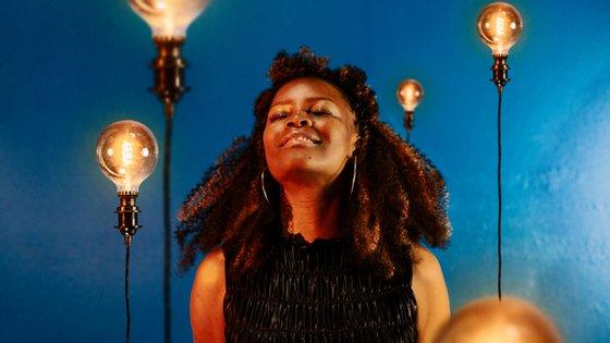 """""""Liwoningo"""", da cantora Selma Uamusse, é interpretado em português, inglês, changana, chope e macua (três das línguas de Moçambique)"""