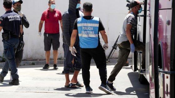 Os 21 migrantes, oriundos de Marrocos, foram intercetados já no areal da Ilha do Farol, pelas 19:45 de terça-feira, tendo depois ficado à guarda da GNR e do SEF e sido transferidos para um pavilhão desportivo em Olhão, também no Algarve