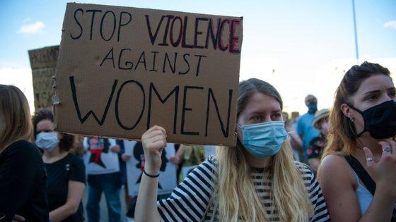 A nova movimentação do governo polaco, de base ultraconservadora, levou ativistas (como esta mulher, na imagem) e opositores políticos para as ruas na última sexta-feira