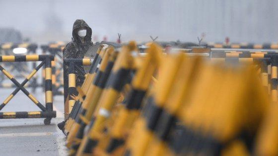 Soldado sul-coreano junto à ponte que dá acesso à cidade norte-coreana de Kaesong