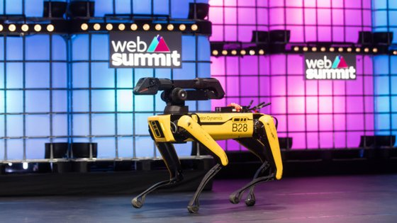 Um dos modelos do cão-robô da Boston Dynamics durante a Web Summit, em Lisboa