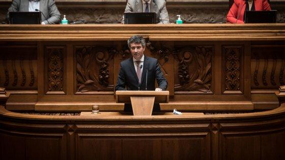 """De acordo com José Luís Carneiro, em função das medidas tomadas pelo Governo português e pela União Europeia, """"é possível agora olhar para o futuro com maior confiança"""""""