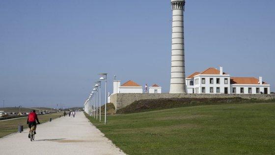Em causa está uma unidade hoteleira que se mantém em construção na praia da Memória, em Matosinhos, no distrito do Porto, depois de a câmara local ter anunciado o seu embargo em março