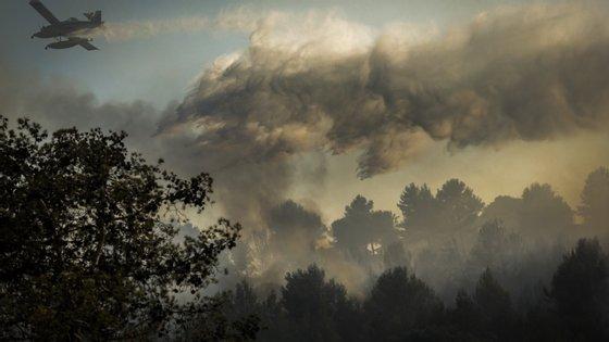 Por causa da manutenção do risco elevado de incêndios, o Exército e a Marinha vão reforçar entre esta quarta-feira e sexta-feira os contingentes no terreno para vigiar e prevenir fogos florestais