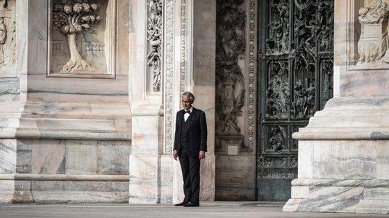 O tenor italiano Andrea Bocelli deu um concerto no domingo de Páscoa, dentro da catedral de Milão conhecida por Duomo, que estava totalmente vazia.