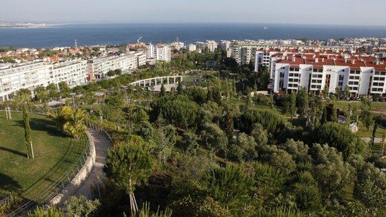 Segundo o INE, com valores acima de 11.000 euros destacavam-se, em 2018, os municípios de Oeiras (13.527 euros), Lisboa (11.499 euros), Cascais (11.488 euros), Alcochete (11.147 euros) e Entroncamento (11.061 euros)