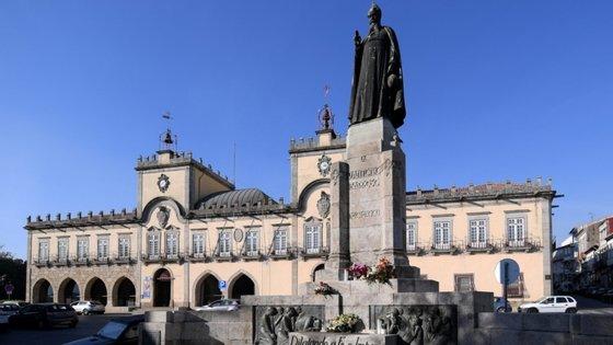 O autor das crónicas criticava Costa Gomes por, a propósito de resolver o problema da concessão da água do município, ter manifestado a vontade de recorrer ao Tribunal Europeu dos Direitos Humanos