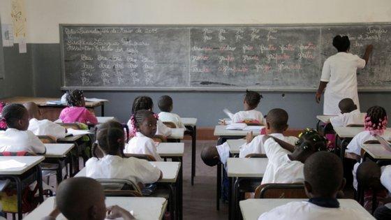 As aulas encontram-se suspensas desde março no país, devido à pandemia do novo coronavírus, que já provocou em Angola 47 mortos de um total de 1.000 casos