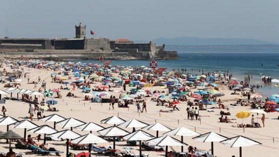 """APA garantiu que """"em nenhuma praia foi condicionada a sua abertura associado a medida de prevenção à propagação da Covid-19"""""""