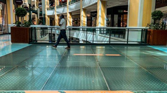 O Governo deverá deliberar, na quinta-feira, sobre a reabertura total dos Centros Comerciais na Área Metropolitana de Lisboa, onde se concentram 35% dos Centros do país e que asseguram 50% do emprego total gerado pelo setor a nível nacional. As lojas destes espaços têm de encerrar atualmente às 20h00