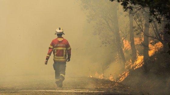 O incêndio no qual o bombeiro ficou ferido provocou ferimentos em outras quatro pessoas e foi dado como dominado na madrugada de 14 de julho