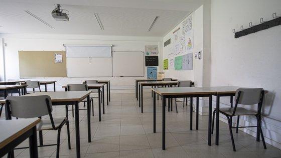 """A Fenprof propõe que os 12 mil professores sejam substituídos pelos que """"estão a trabalhar nas escolas nas atividades de enriquecimento curricular"""""""
