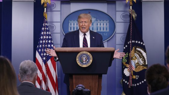 Donald Trump esclareceu tweets publicados na quinta-feira numa conferência de imprensa