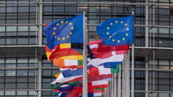 Ainda na comparação com o trimestre anterior, entre abril e junho, o PIB caiu 12,1% na zona euro e 11,9% na UE