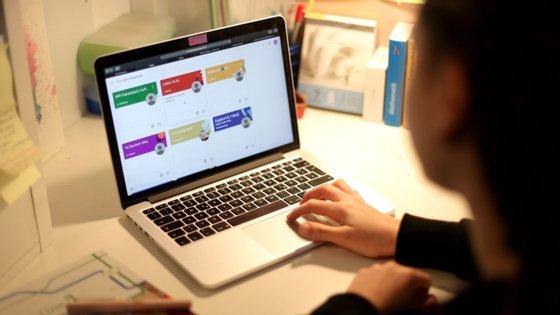 O código será aplicado a prazo a qualquer plataforma digital que utilize conteúdos dos media australianos, mas vai concentrar-se numa primeira fase no Facebook e no Google