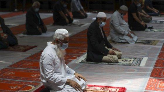 """Muçulmanos de todo o mundo assinalam esta sexta-feira o início do """"Eid al-Adha"""", ou Festa do Sacrifício, apesar da pandemia de Covid-19, que afetou quase todas as celebrações e rituais da peregrinação anual a Meca"""