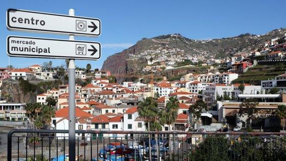 O comunicado surge depois da resolução do Governo Regional da Madeira, publicada na quinta-feira, que determina a prorrogação do estado de calamidade no arquipélago e o uso obrigatório e generalizado de máscara em espaços públicos na região, que entra em vigor às 00h00 de sábado