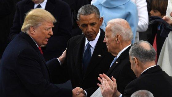 No dia da sua tomada de posse, em 2017, Donald Trump cumprimenta o ex-vice-Presidente e agora seu adversário nas eleições de novembro, Joe Biden