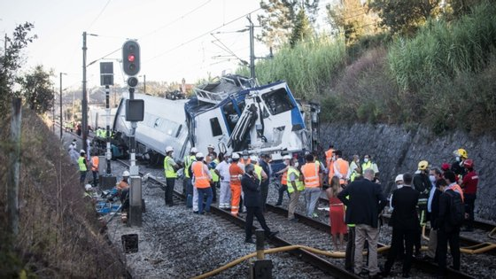 Foi na tarde de sexta-feira que um Alfa Pendular vindo de Lisboa embateu num veículo de reparação da linha.