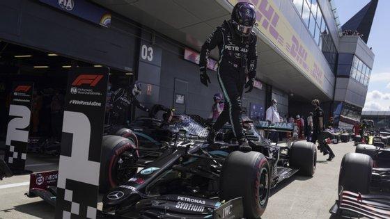 A equipa da Mercedes dominou o histórico circuito britânico.