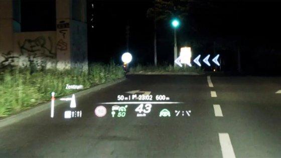O novo head-up display é uma das armas da Mercedes para incrementar a segurança