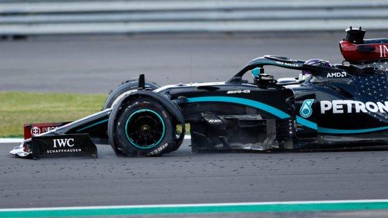 Lewis Hamilton terminou com o carro desta forma mas aguentou a última volta com três pneus no Grande Prémio da Grã-Bretanha