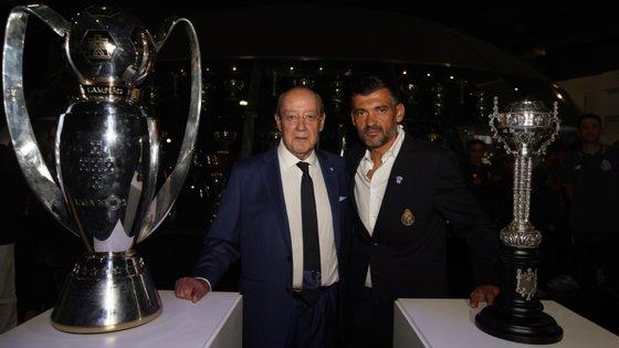 Pinto da Costa e Sérgio Conceição junto aos troféus do Campeonato e da Taça de Portugal, naquela que foi a oitava dobradinha do FC Porto