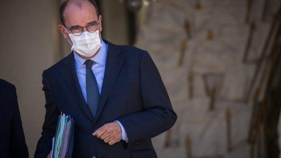 As regras para o uso de máscaras ao ar livre entraram esta segunda-feira em vigor e endurecem as regras adotadas no mês passado, que exigia o uso de máscaras em todas as lojas e locais públicos fechados