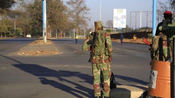 Polícia e funcionários do Governo negaram repetidamente as alegadas violações dos direitos humanos no Zimbabué, considerando que os detidos ou eram procurados pela polícia, ou estavam a incitar a realização de uma revolta contra o executivo de Mnangagwa