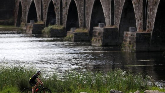 """Além das causas da redução do caudal, o BE pretende saber se do Governo há """"licenças em vigor para a captação de água do rio Estorãos, que entidades licenciadas e quais os prazos de validade das respetivas licenças"""""""