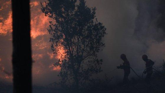 """O operacional disse ainda à Lusa que chegaram a estar """"várias casas em perigo"""", pela proximidade das chamas, dando conta que """"as habitações foram defendidas e o incêndio passou perto sem causar quaisquer danos humanos ou patrimoniais"""""""