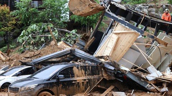 44 estradas permanecem cortadas pelas inundações e aluimento de terras