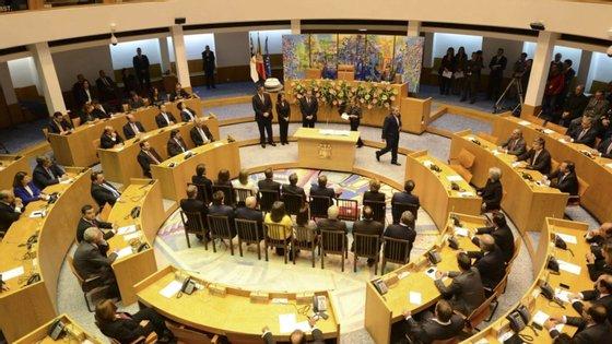 O parlamento açoriano reúne-se 11 vezes por ano (todos os meses, exceto em agosto)