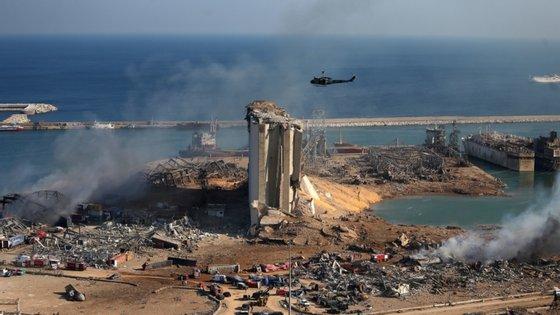 A destruição no porto de Beirute após as explosões desta terça-feira