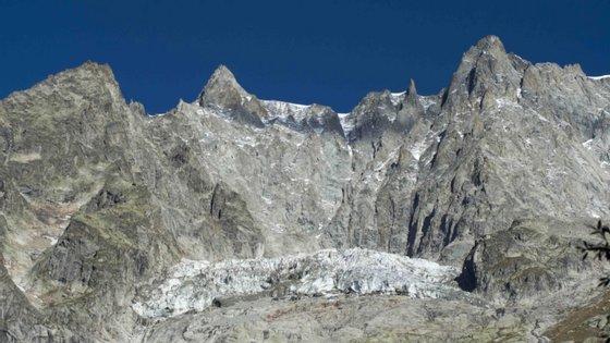 O Monte Branco é a mais alta montanha dos Alpes e da União Europeia (UE), atingindo uma altitude de 4.808 metros, embora possa variar um pouco de ano para ano, em função das condições atmosféricas