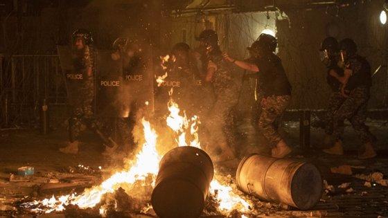 Os manifestantes envolveram-se em confrontos com as autoridades junto ao parlamento libanês.